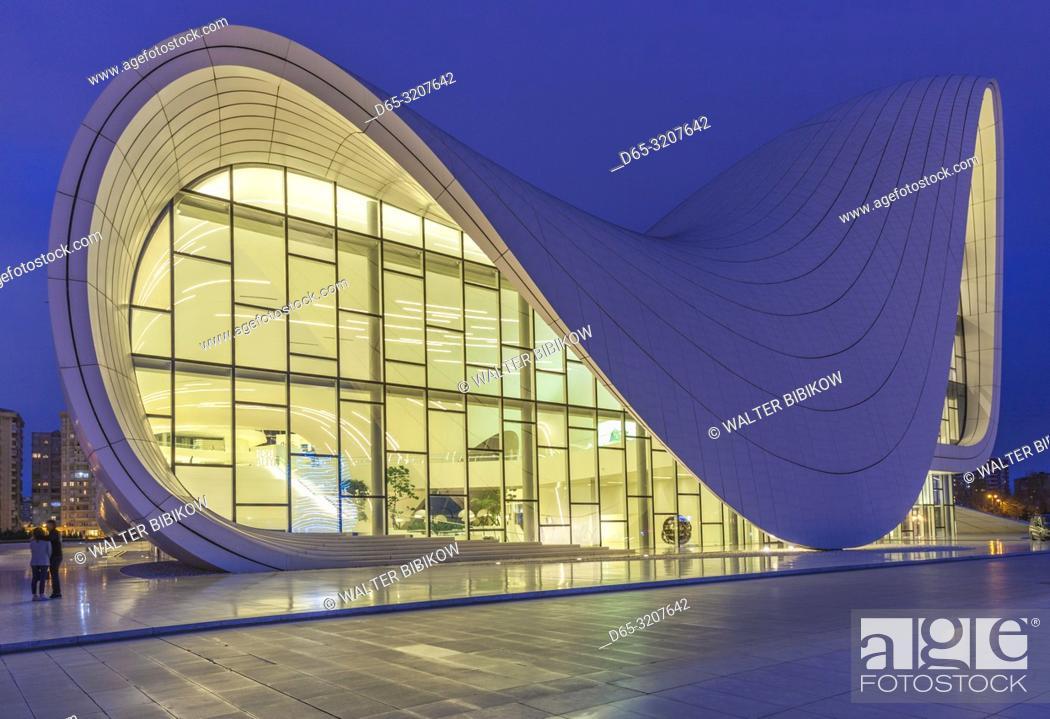 Imagen: Azerbaijan, Baku, Heydar Aliyev Cultural Center, building designed by Zaha Hadid, exterior, dusk.