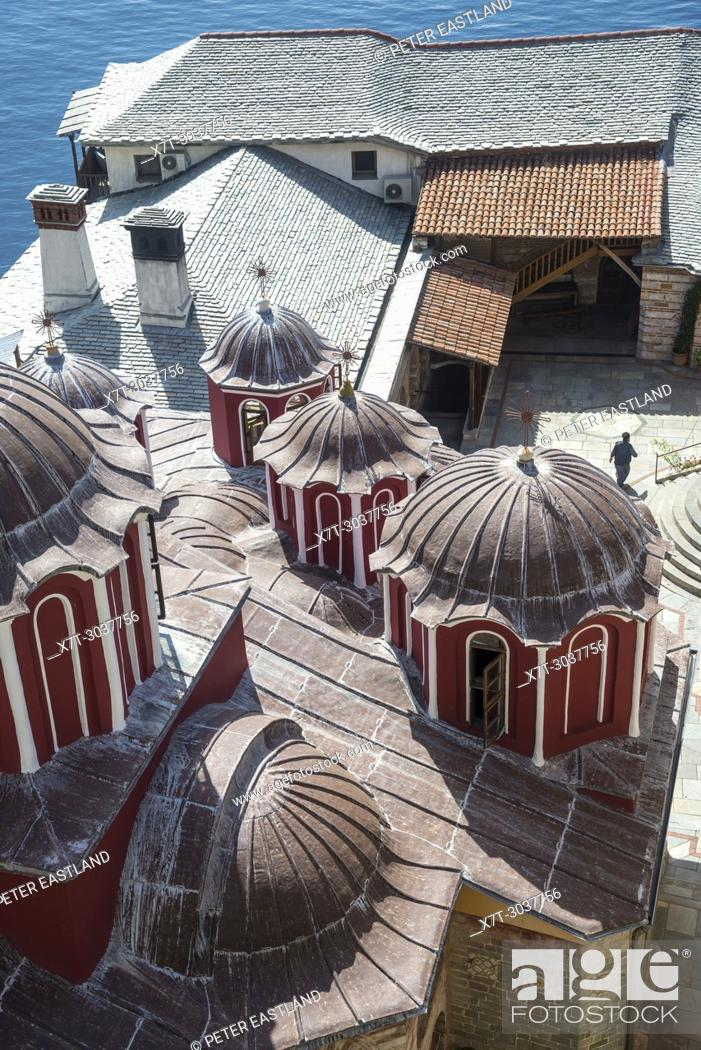 Imagen: Looking down on the Katholikon at the center of Osiou Gregoriou monastery on The Athos peninsula, Macedonia, Northern Greece.