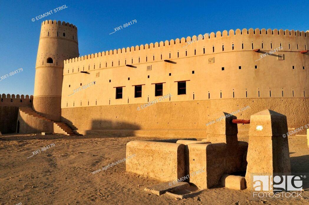 Imagen: historic adobe fortification, Jaalan Bani Bu Hasan Fort or Castle, Sharqiya Region, Sultanate of Oman, Arabia, Middle East.