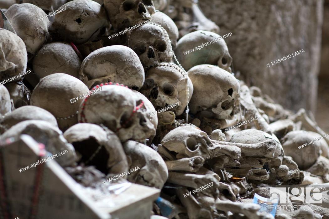 Imagen: Skull and bones in ancient ossuary, Naples.