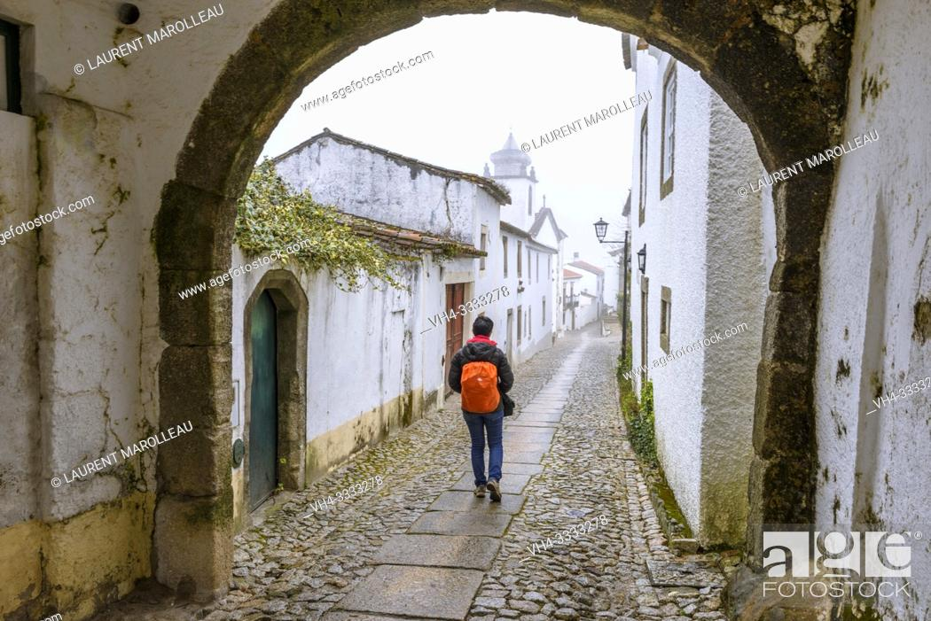 Imagen: Vaulted passageway in the fortified medieval town of Marvao, Portalegre District, Alentejo Region, Portugal.