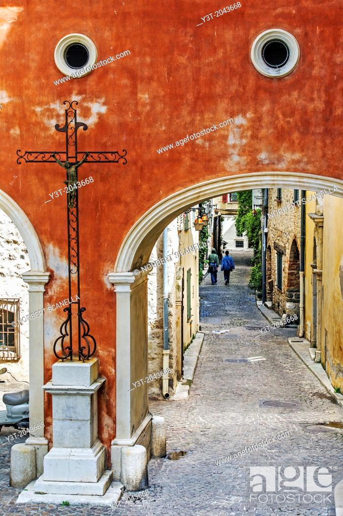 Stock Photo: Europe, France, Alpes-Maritimes, Antibes. Alley in an old town.