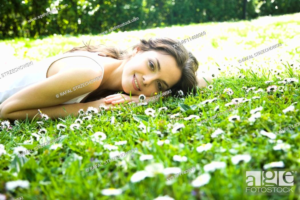 Imagen: Woman laying on the grass.