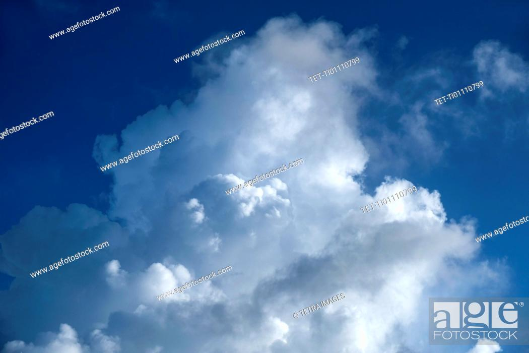 Imagen: White clouds in blue sky.