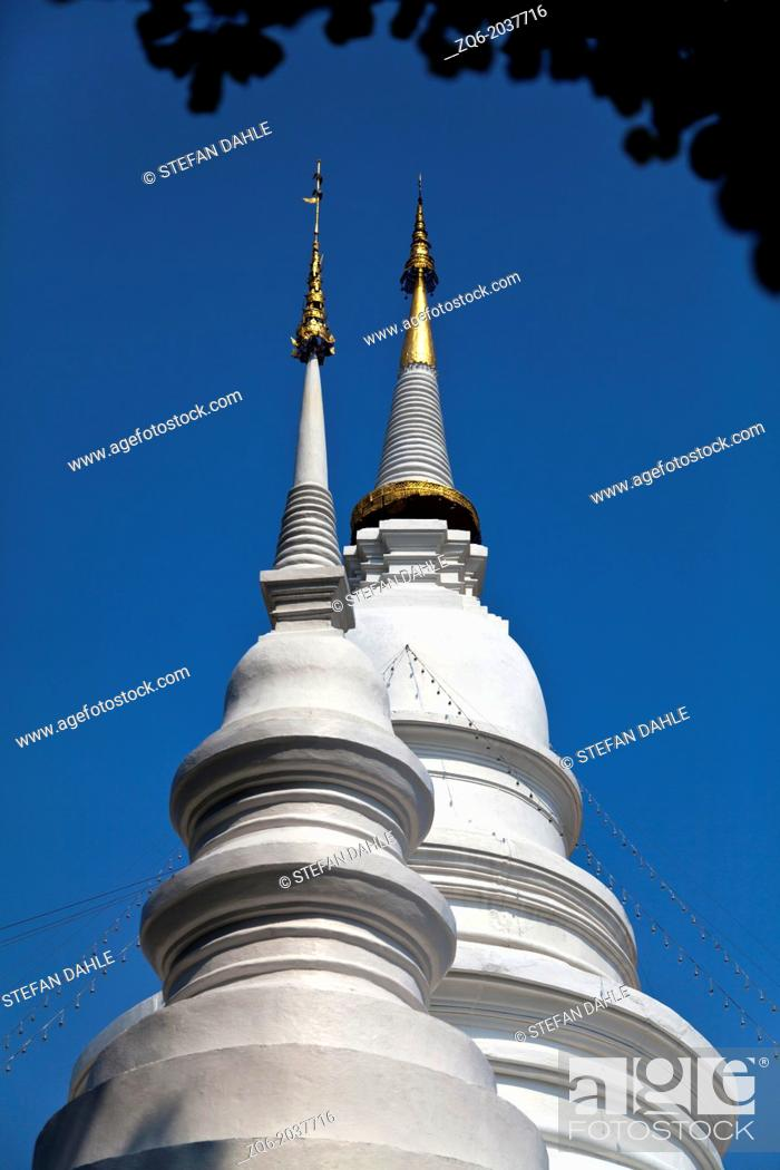 Imagen: White Chedi of the Temple Wat Phra Singh in Chiang Mai, Thailand.