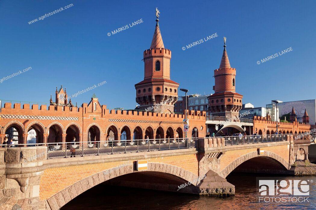 Imagen: Oberbaumbrücke over the Spree between Kreuzberg and Friedrichshain, Berlin, Germany.