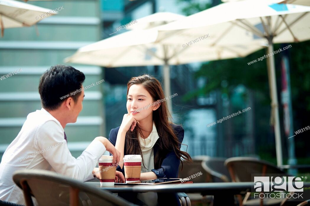Imagen: Young couples in outdoor drinking coffee.