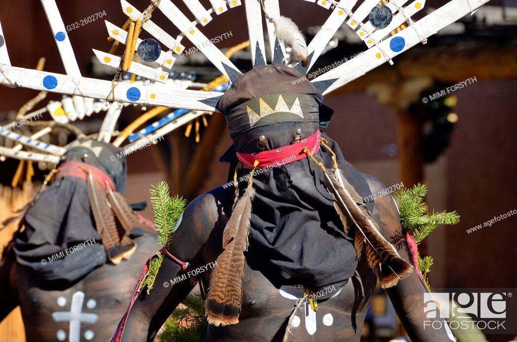 Imagen: White Mountain Apache dancers at Indian Pueblo Cultural Center, Albuquerque, New Mexico, USA.