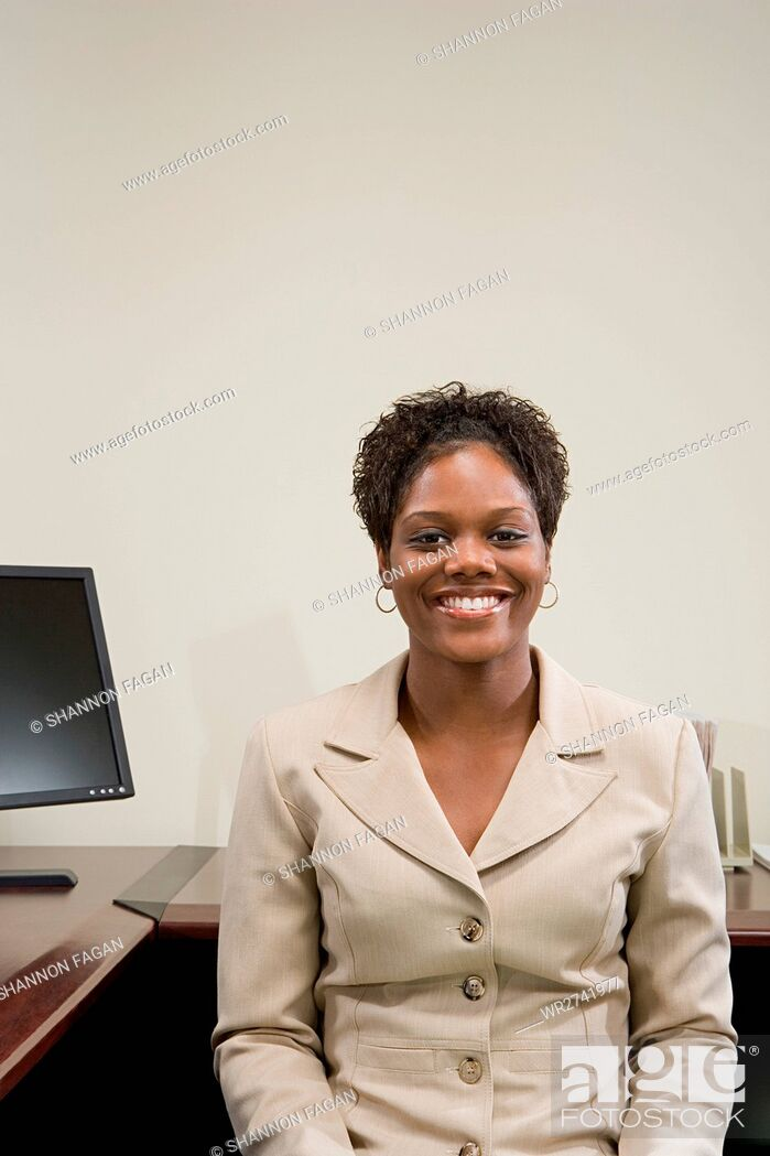 Imagen: Businesswoman at her desk.