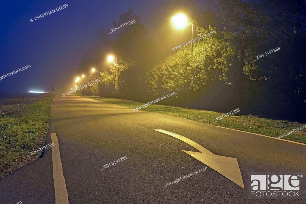 Imagen: rue d'un petit village de campagne, region Centre-Val-de-Loire, France, Europe/street lighting in a small country village, Centre-Val-de-Loire region, France.