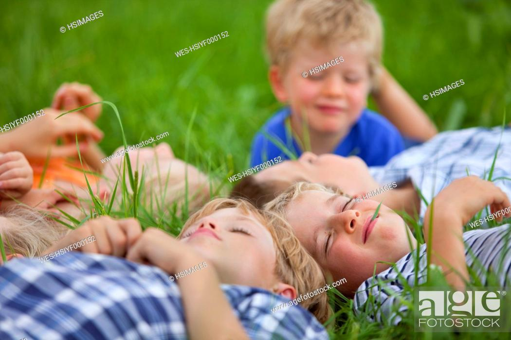 Photo de stock: Germanny, Bavaria, Group of children lying in meadow.