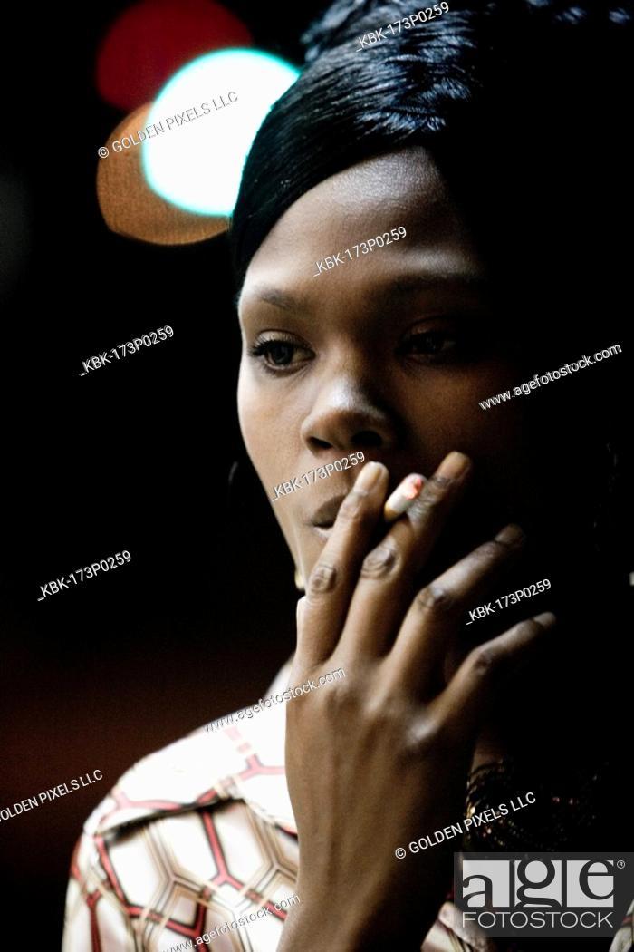 Imagen: Close-up of a woman smoking a cigarette.