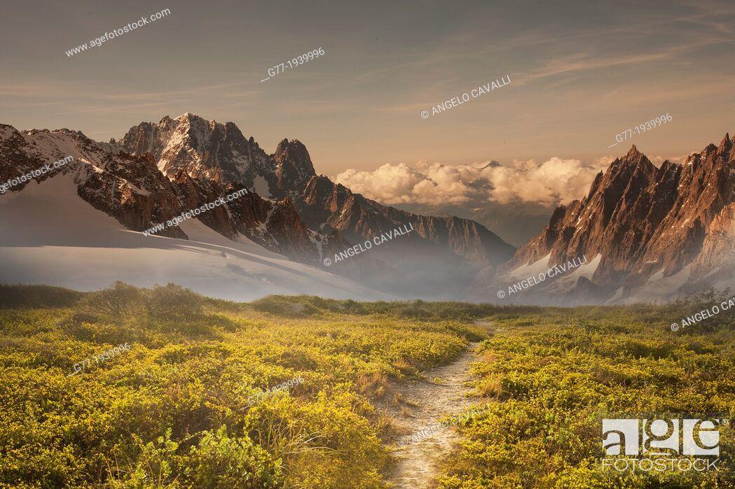Imagen: Path to a mountain range at sunset.