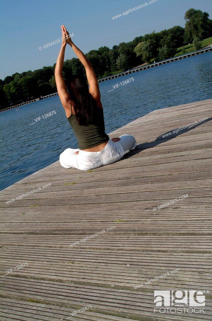 Imagen: Body & Soul - Relaxing, Yoga - Junge dunkelhaarige Frau bei Yoga-?bungen im Stad - Hamburg, GERMANY, 01/01/2005.