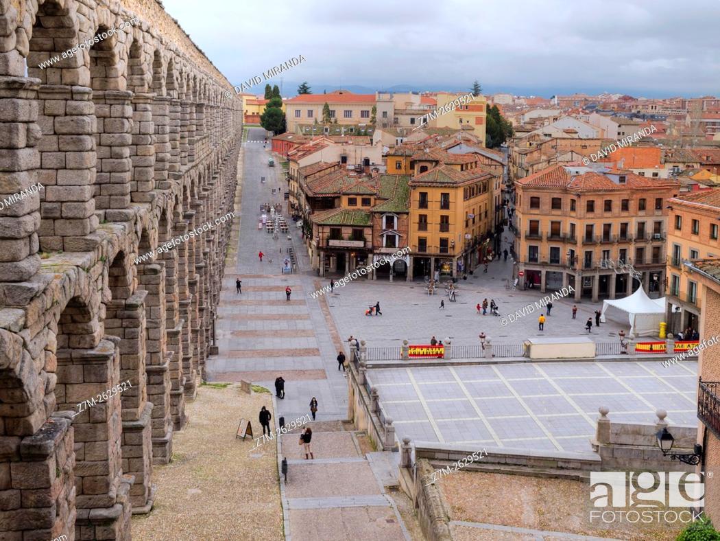 Imagen: Plaza del Azoguejo y acueducto de Segovia, Castilla León, España.