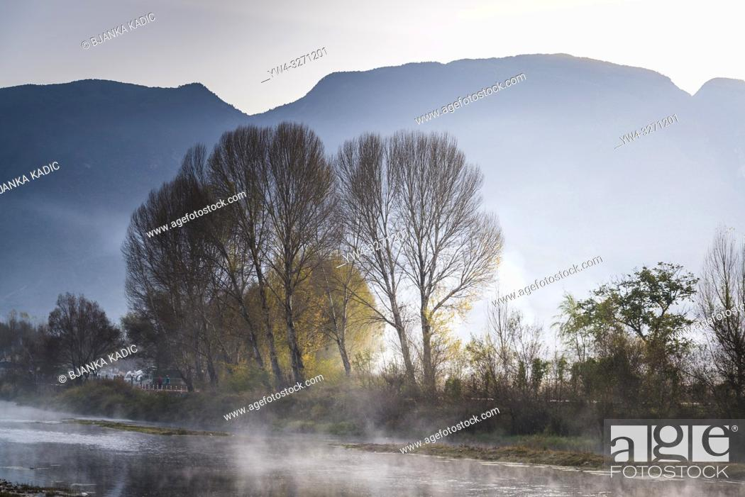 Imagen: Atmospheric Landscape with river and trees near Shaxi historic market town, Yunnan, China.