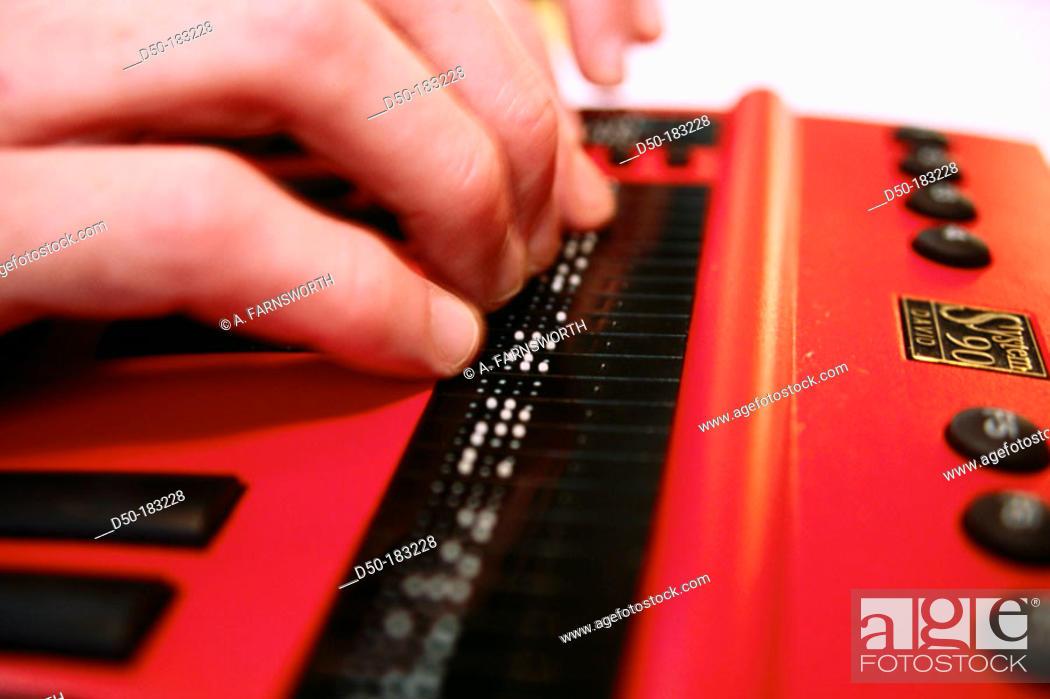 Imagen: Blind man on Braille computer.