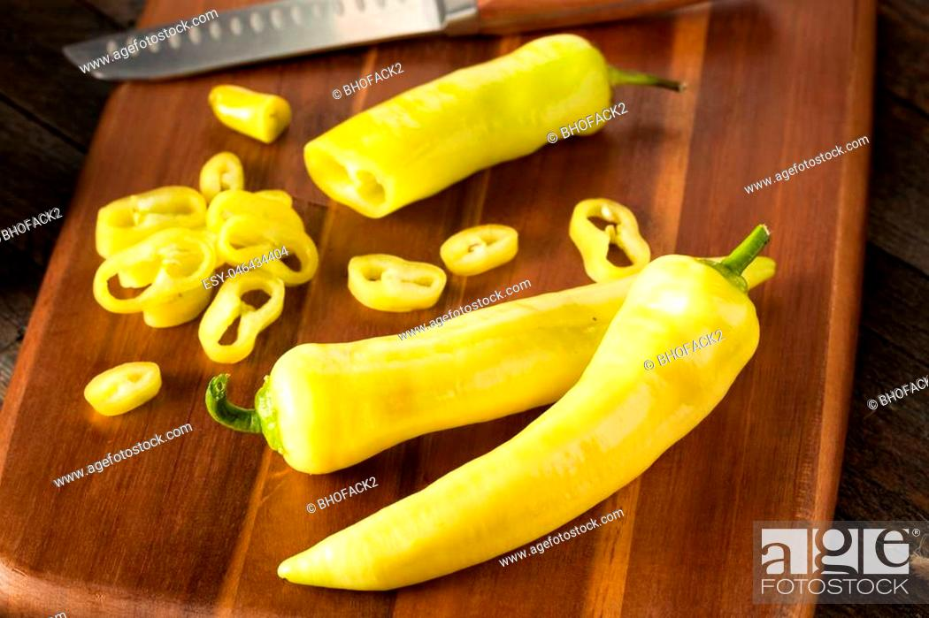 Imagen: Raw Organic Yellow Banana Peppers Ready to Cut.
