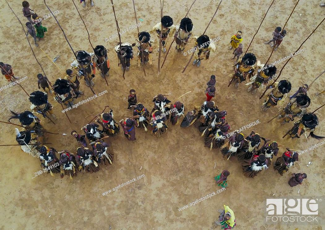 Imagen: Aerial view of dimi ceremony in the Dassanech tribe to celebrate circumcision of teenagers, Omo Valley, Omorate, Ethiopia.
