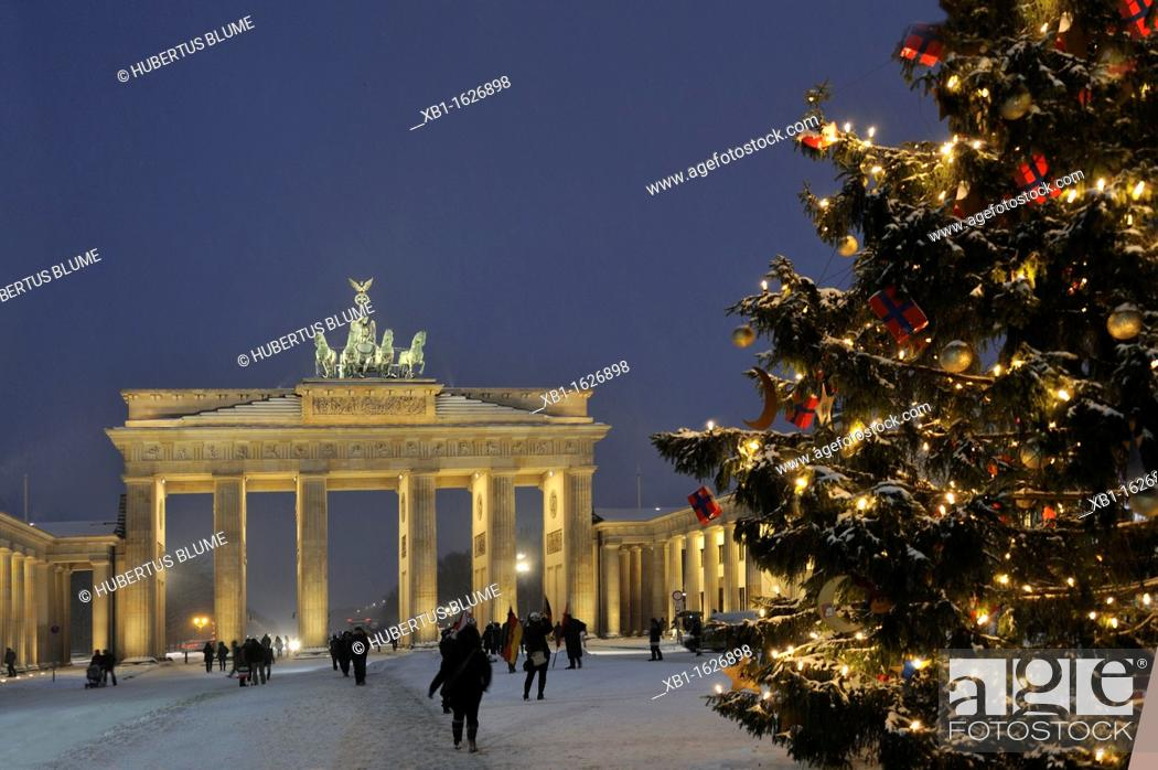 Stock Photo: Brandenburg Gate, view from Pariser Platz at Christmas time with Christmas tree and snow, Paris Square, Mitte district, Berlin, Germany, Europe.