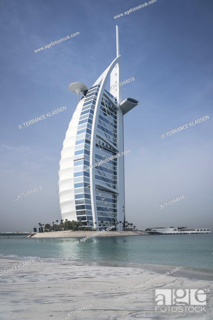 Imagen: The Burj Al Arab Hotel on Jumeirah Beach, Dubai, UAE, Middle East.