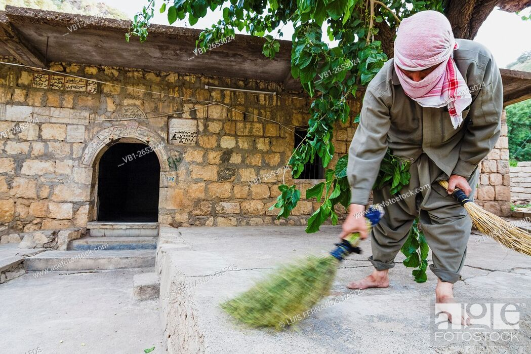 Imagen: A Yezidi volunteer helps cleaning on the Lalish temples after Wednesday celebrations. Wednesday is the holy day for the practitioners of the Yezidi faith.