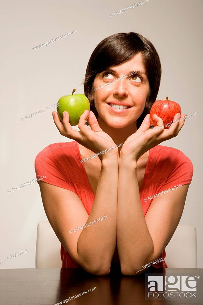 Imagen: Woman holding green and red apples.