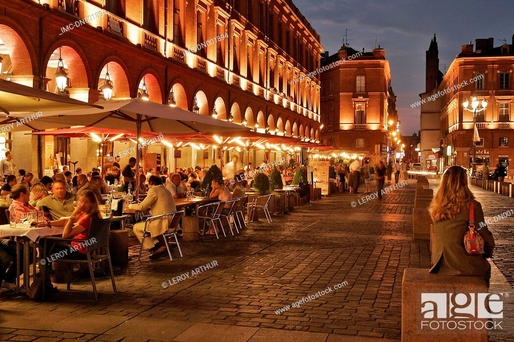 Imagen: France, Languedoc, Toulouse, cafe terrace and town hall.
