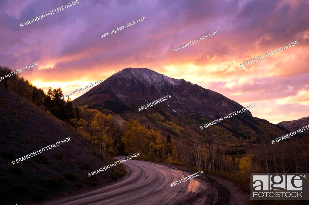 Imagen: Dirt mountain road at sunset, Crested Butte, Colorado, USA.
