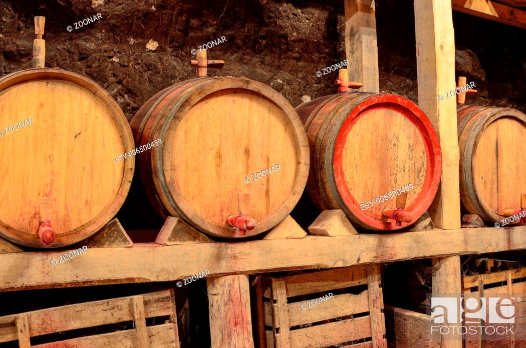 Imagen: Wooden wine barrels in an underground cellar.