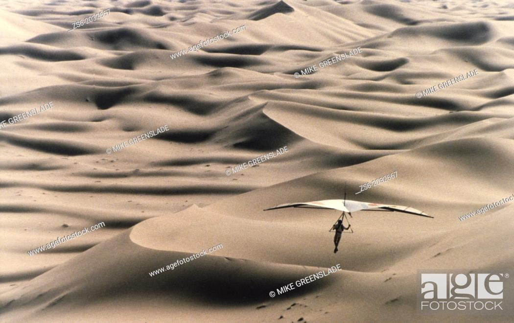 Imagen: Hangliding over the dunes of the Sahara Desert.