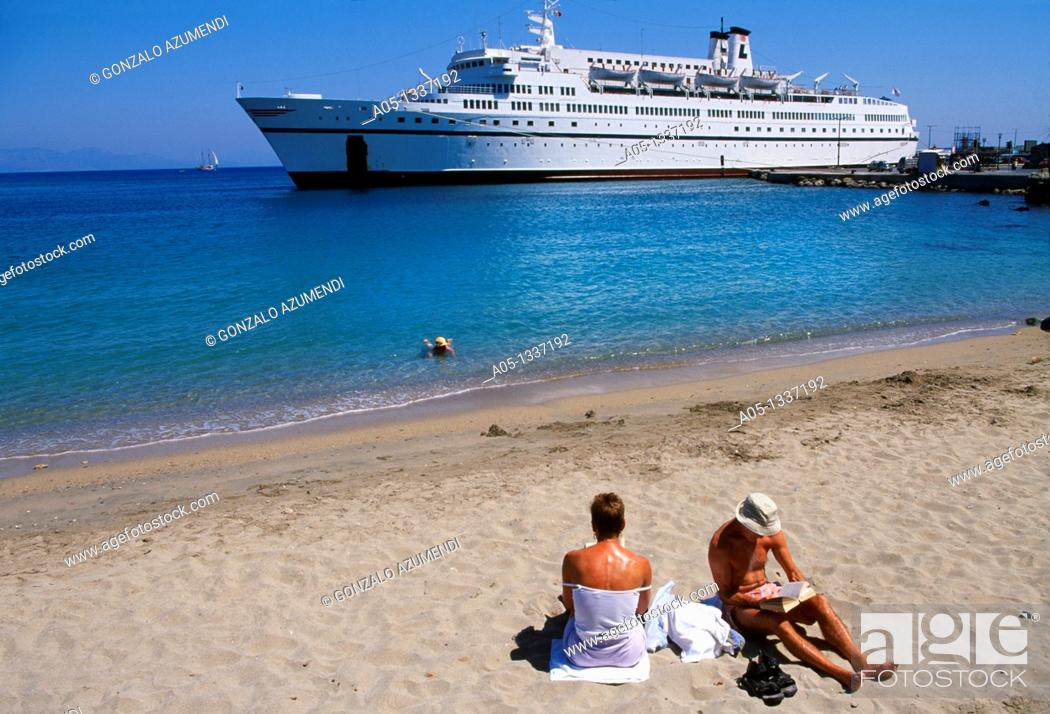 Stock Photo: Cruiser come in to the Rhodes City, Rhodes Island, Greece.