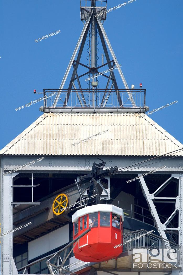Imagen: Cable car red Teleferic Montjuic Port Vell tower.