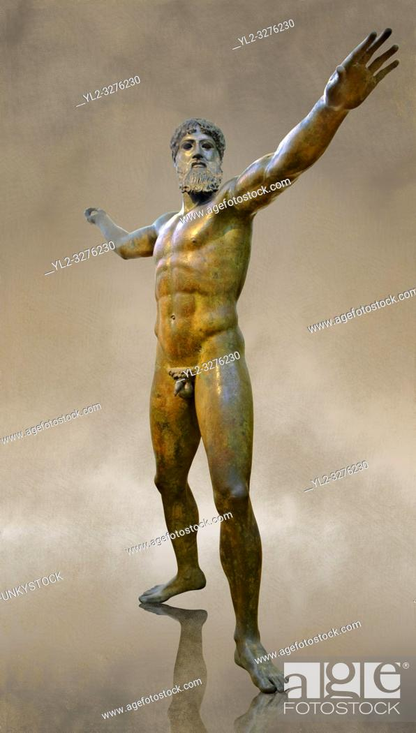 Imagen: Greek Classical Period Bronze Statue of Zeus or Poseidon found in the sea of Cape Artemision of the north Eastern Euboea Island, Greece.