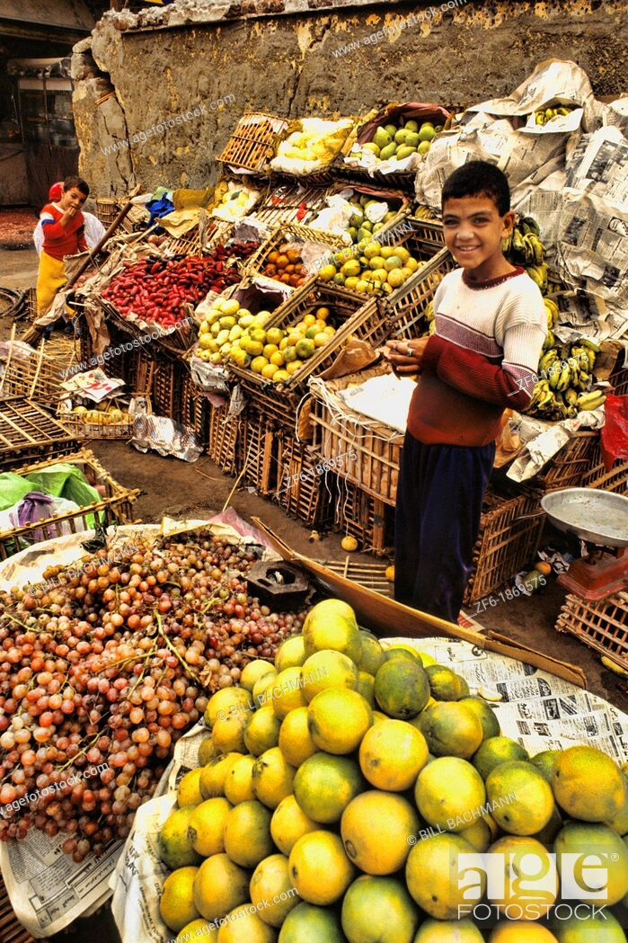 Imagen: Vendor men selling fruits and vegetables in market in Cairo Egypt.