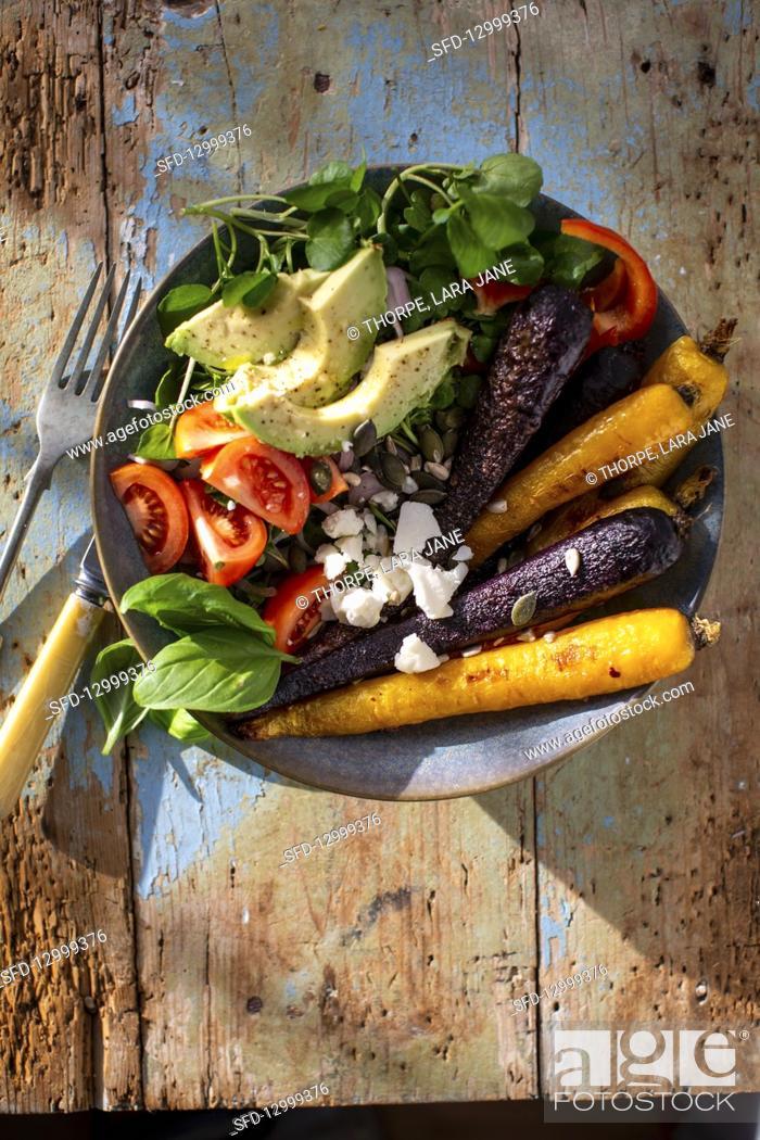 Photo de stock: Vegetable bowl with roasted carrots, avocado and feta.