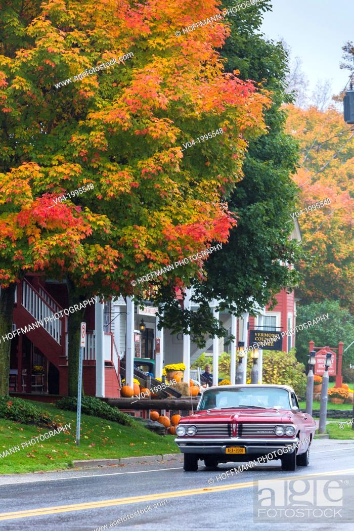 Imagen: Vintage car driving through the picturesque town of Weston in the Indian Summer, Vermont, USA.