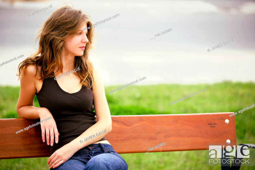 Imagen: Young woman sitting on bench.