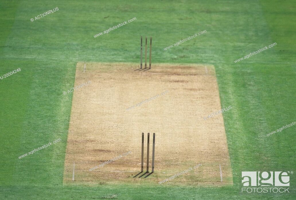 Imagen: Two sets of stumps on a cricket pitch.