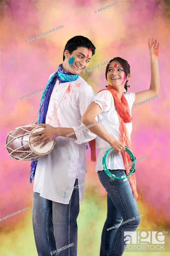 Imagen: Couple enjoying Holi.