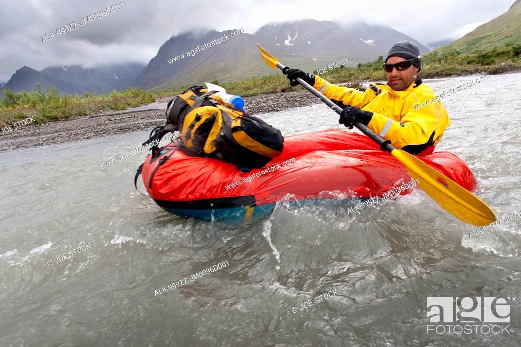 Imagen: Man packrafting the Sanctuary River in rainy weather, Denali National Park & Preserve, Alaska Range, Interior Alaska, Summer.