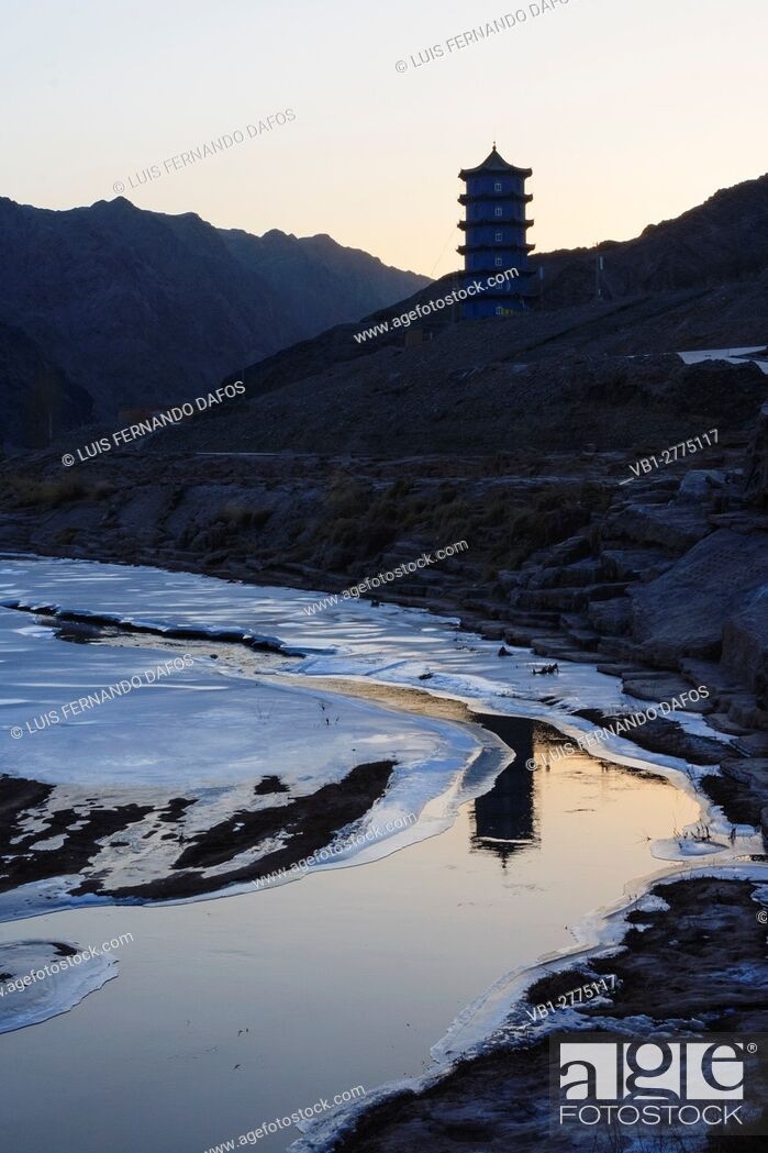 Imagen: Frozen river passage known as the Hexi Corridor at the western boundary of the Great Wall at Jiayuguan, Gansu province, China, Asia.