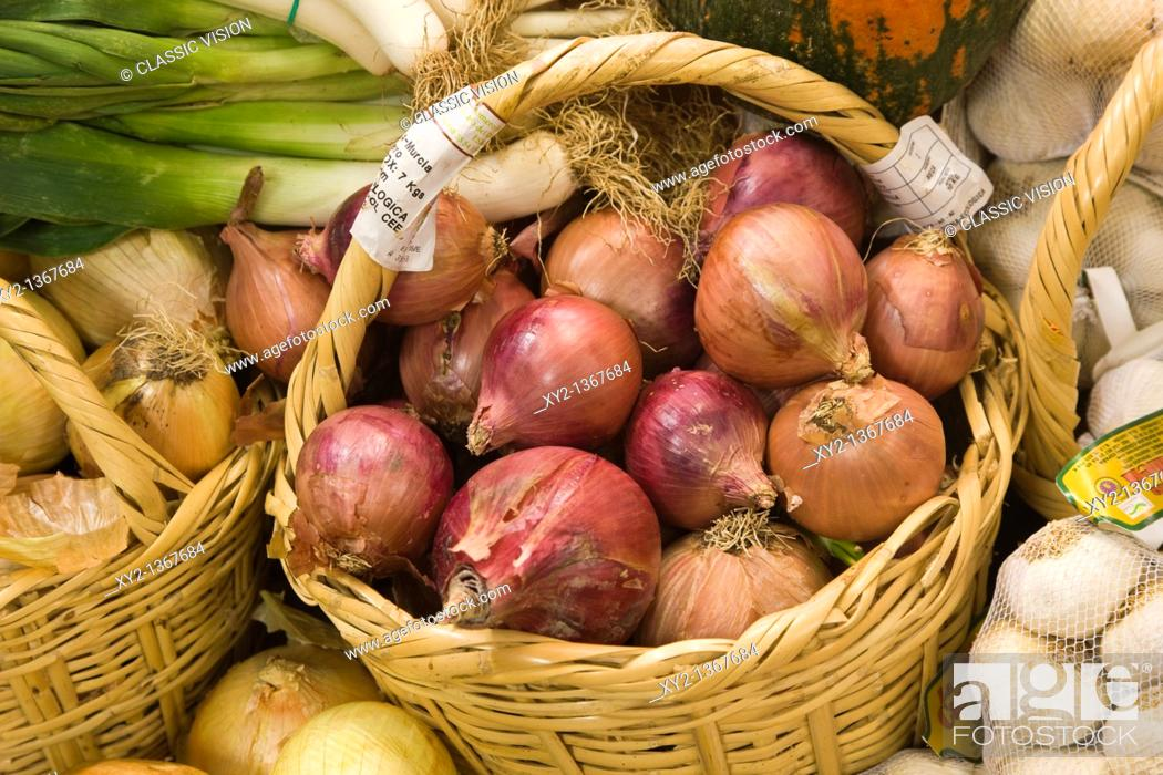 Stock Photo: Basket of ecologically grown onions in health food shop.