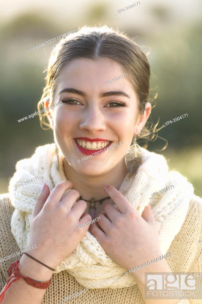 Photo de stock: Close-up of 18-year-old Spanish girl. Vertical shot with natural light.