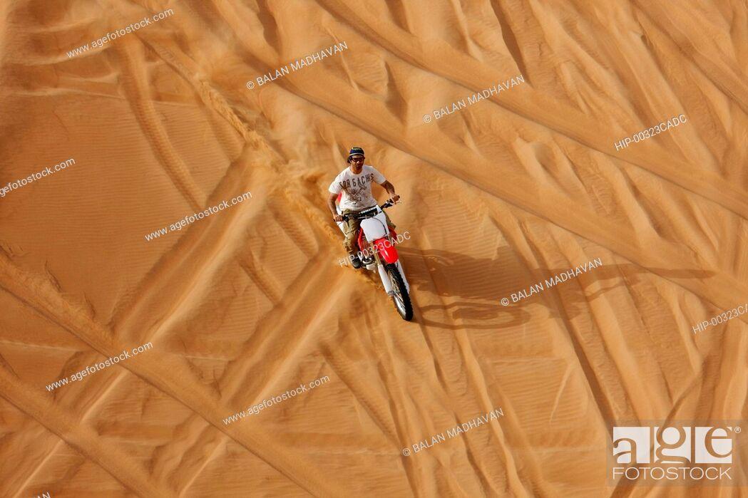 Imagen: A DIRT BIKE AT THE DESERT SAFARI IN DUBAI.