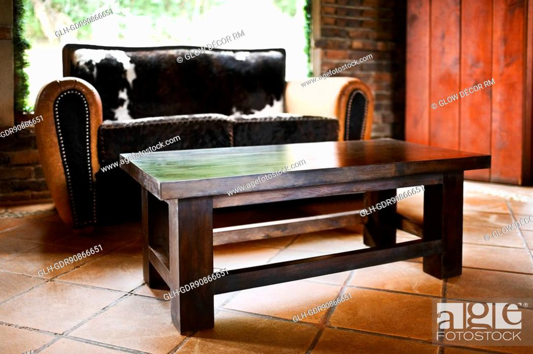 Photo de stock: Couch with a table in a living room.