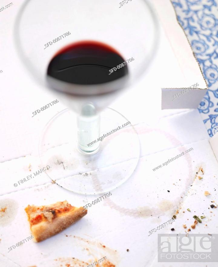 Photo de stock: Remains of pizza and red wine on pizza box.