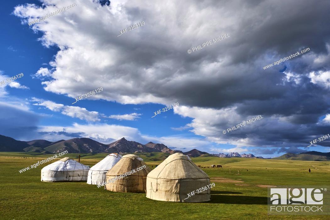 Stock Photo: Kirghizistan, province de Naryn, le lac de Song Kol, campements de yourte des nomades Kirghiz/ Kyrgyzstan, Naryn province, Song Kol lake.