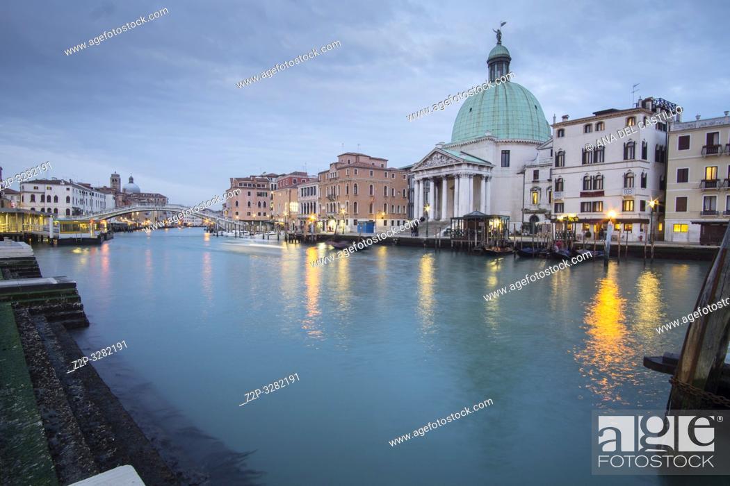 Imagen: Venice Veneto Italy on January 20, 2019: Twilight in Grand Canal. Chiesa dei Santi Simeone e Giuda.