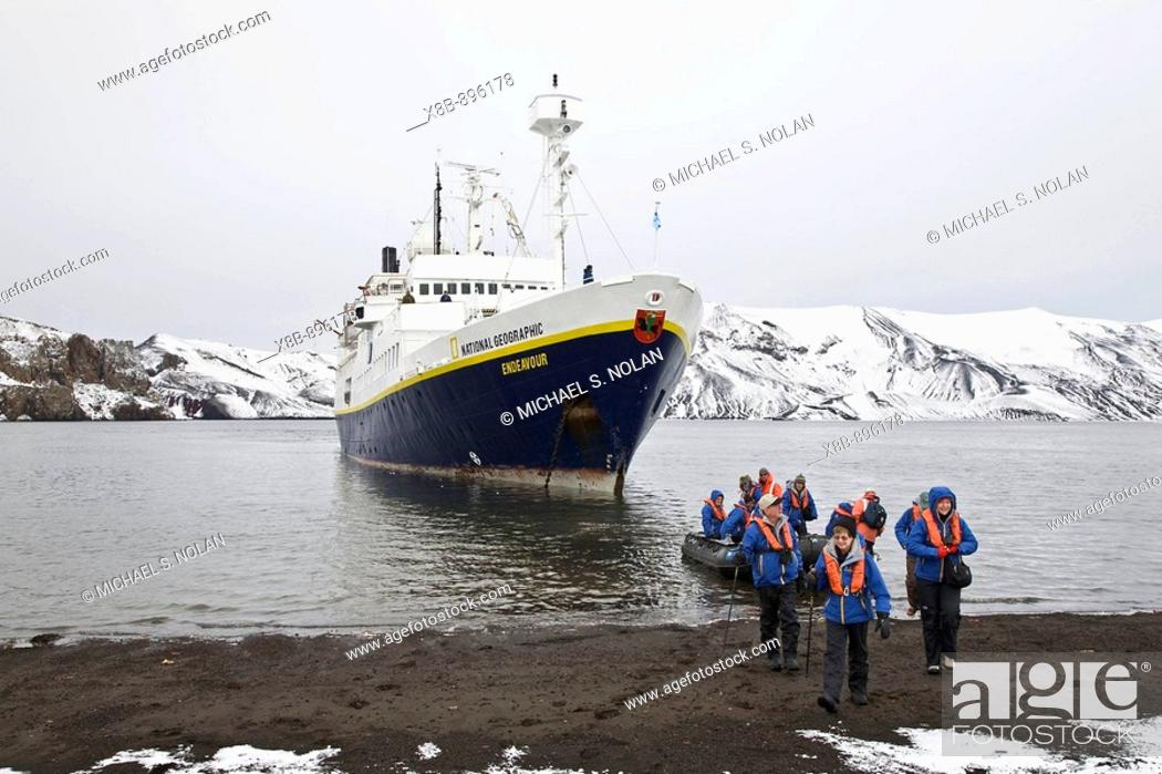 Imagen: The Lindblad Expedition ship National Geographic Endeavour operating in Whalers Bay inside the caldera of Deception Island in the South Shetland Islands near.